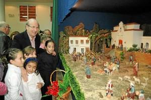 Pedro Rodríguez ha visitado el belén de la asociación onubense.