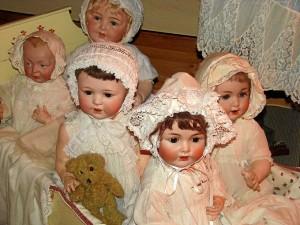 La cronología de las muñecas abarca desde el siglo XIX a los años 60 del XX.