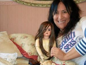 Teresa, con una de sus muñecas.
