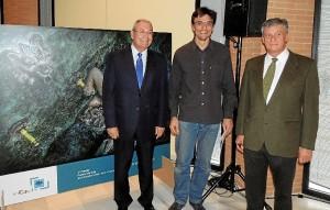 Antonio de la Vega y Jesús Contreras con el ganador del certamen.