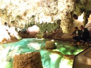 Sus lagos es uno de los atractivos de la gruta.