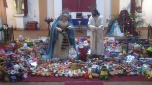 Los alimentos y juguetes han sido depositados junto a los titulares ayamontinos.