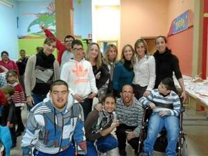 La concejala de Discapacidad, Mª del Carmen Beltrán, junto a los chicos del CAIT.