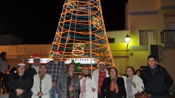 Un árbol de Navidad de ocho metros ilumina la barriada isleña de Punta del Caimán