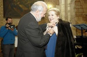 La Insignia de Oro le ha sido impuesta por el presidente del Consejo, Manuel de la Cruz Infante.