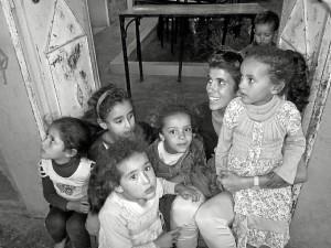 Estefanía junto a unas niñas de un pueblo bereber en Marrakech.