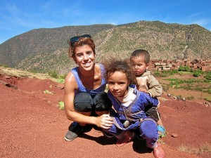 Estefanía, con un pueblo bereber en Marrakech.