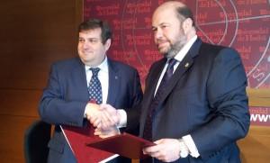 El ex-rector de la UHU, Francisco José Martínez, y el presidente del Recre, Pablo Comas, en la firma de la Cátedra.