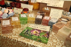Jabones, geles, cremas y muchos productos se fabrican con elementos de las colmenas. / Foto: José Carlos Palma