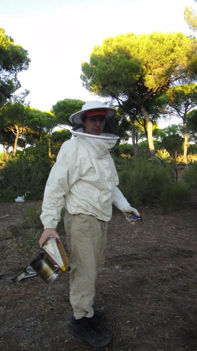 Paco García con su vestimenta de apicultor.
