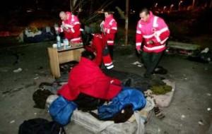 Voluntarios de la Cruz Roja repartiendo mantas.
