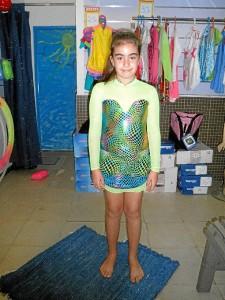 Uno de los vestidos en esta pequeña modelo.