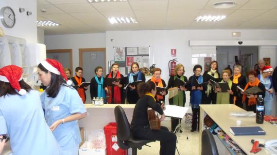 Los pacientes oncológicos del Hospital de Riotinto reciben la visita del grupo de campanilleras de El Cerro de Andévalo