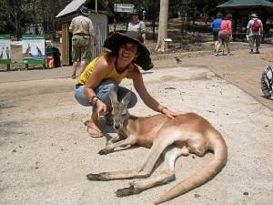 La joven, en Australia, prueba de que le encanta viajar.
