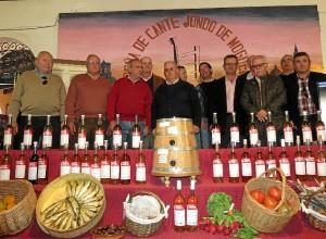 Los viticultores en el momento del homenaje a 'El Colorao'.
