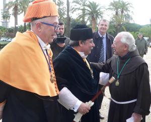 El consejero y el rector de la UNIA saludan al prior del Monasterio de La Rábida.