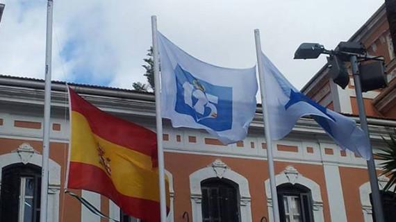 El izado de la bandera oficial en la Casa Colón abre los actos del 125 aniversario del Recreativo de Huelva