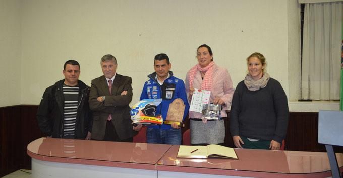 Un momento del homenaje a Calderay en el Ayuntamiento de Valverde del Camino.