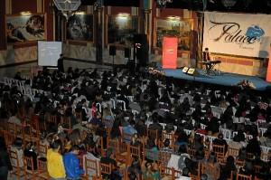 El público onubense se rindió al artista.