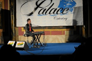El piano es la base de su música.
