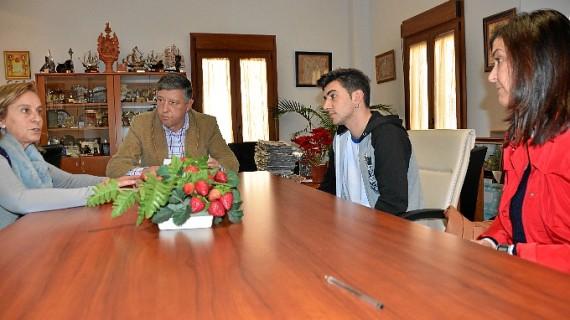 Dos universitarios de Palos de la Frontera reciben ayudas municipales que complementan sus becas Erasmus