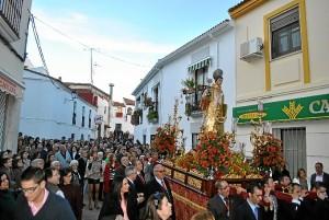 Muchos zalameños acompañaron a su patrón en la procesión. / Foto: José Miguel Jiménez.