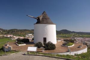 Molino de viento en la localidad de El Almendro. / Foto: Patronato de Turismo de Huelva