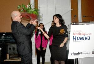El equipo de HBN obsequió a su director con un ramo de flores.
