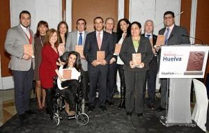 Foto de familia de las personas reconocidas con las '10 Mejores Noticias de 2013' en Huelva.