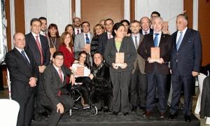 Los premiados, junto con algunas de las autoridades asistentes al acto.