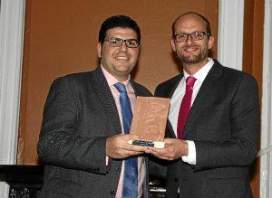 Alberto de Paz recogió uno de los premios en nombre de Onuba Fruit. Se lo entregó el director general del Puerto de Huelva, Pedro García.