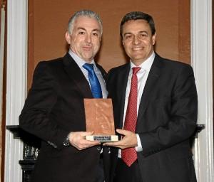 Fernando Sánchez, secretario gerente de la Comunidad de Regantes, recibe la distinción de manos de Manuel Pérez Sarmentero, gerente de Aguas de Huelva.