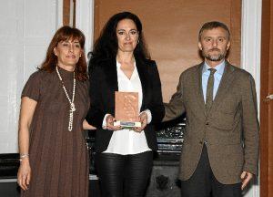La delegada de Igualdad, Salud y Bienestar Social, Lourdes Martín, y Carmen García Díez, del Hospital Juan Ramón Jiménez recogen el premio otorgado al área de trasplantes del centro que les entregó José Fiscal.