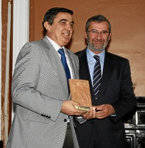 El delegado territorial de Educación, Cultura y Deporte, Vicente Zarza, con la distincion otorgada al Dolmen del Soto de la que le hizo entrega el presidente de la Asociación de la Prensa de Huelva, Rafael J. Terán.