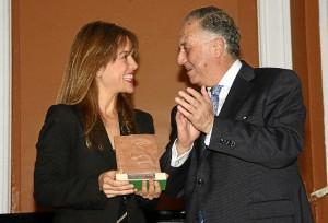 Paula Chaves, directora de Relaciones Institucionales de Matsa, junto al subdelegado del Gobierno en Huelva, Enrique Pérez Viguera.