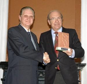 El alcalde de Huelva, Pedro Rodríguez, entregó la distinción a Pedro Naranjo, vicepresidente del Consejo de Administración del Hospital Costa de la Luz.