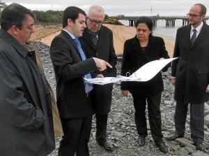 Otra de las imágenes de la visita del consejero de Economía, Innovación, Ciencia y Empleo de la Junta de Andalucía, José Sánchez Maldonado, al Puerto de Huelva.