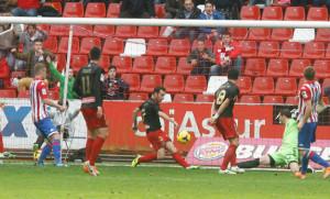 Fernando Vega salva el gol sobre la línea, tras un remate de Mandi. / Foto: www.realsporting.com.