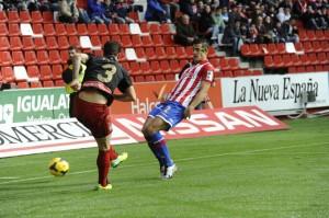 Fernando Vega intenta el centro ante el acoso de Luis Hernández. / Foto: lfp.es.