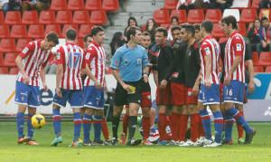De Burgos Bengoetxea, tarjeta en mano, se dispone a amonestar a un jugador. / Foto: Paloma Ucha/El Comercio.