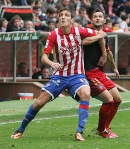 Cifu forcejea con Scepovic esperando un balón. / Foto: Paloma Ucha/El Comercio.