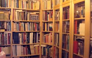 Junto a varias librerias tiene almacenas 150 cajas con libros.