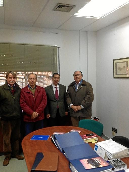 Los estibadores entregaron a Díaz Cabrera su aportación para el Banco de Alimentos.