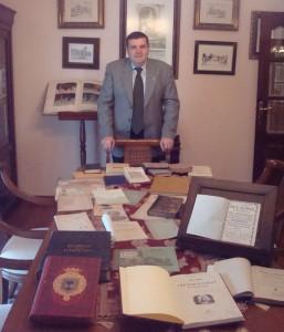 El catedrático de Economía Financiera y Contabilidad, Francisco José Martínez, cuenta con una amplia colección de libros sobre Huelva.