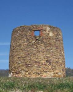 Restos de un antiguo ingenio en Villanueva de los Castillejos.