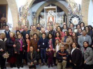 Miembros de la Hermandad de Villamanrique frente a la Virgen de Montemayor.