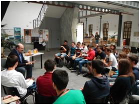 """Prof. Dr. Juan Lucas Cervera impartiendo una charla a jóvenes  estudiantes durante la celebración del Certamen: """"Café con Ciencia""""."""