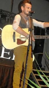 Púas, con su inseparable guitarra.