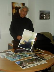 El fotógrafo Ramón León muestra algunas de las fotos que componen la muestra.
