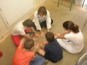 Las técnicas de relajación infantil son fundamentales para el desarrollo de los menores. / Foto: /www.gabineteakro.es